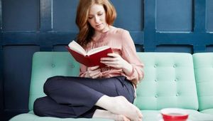 Thumb_woman-reading-a-book-on-sofa